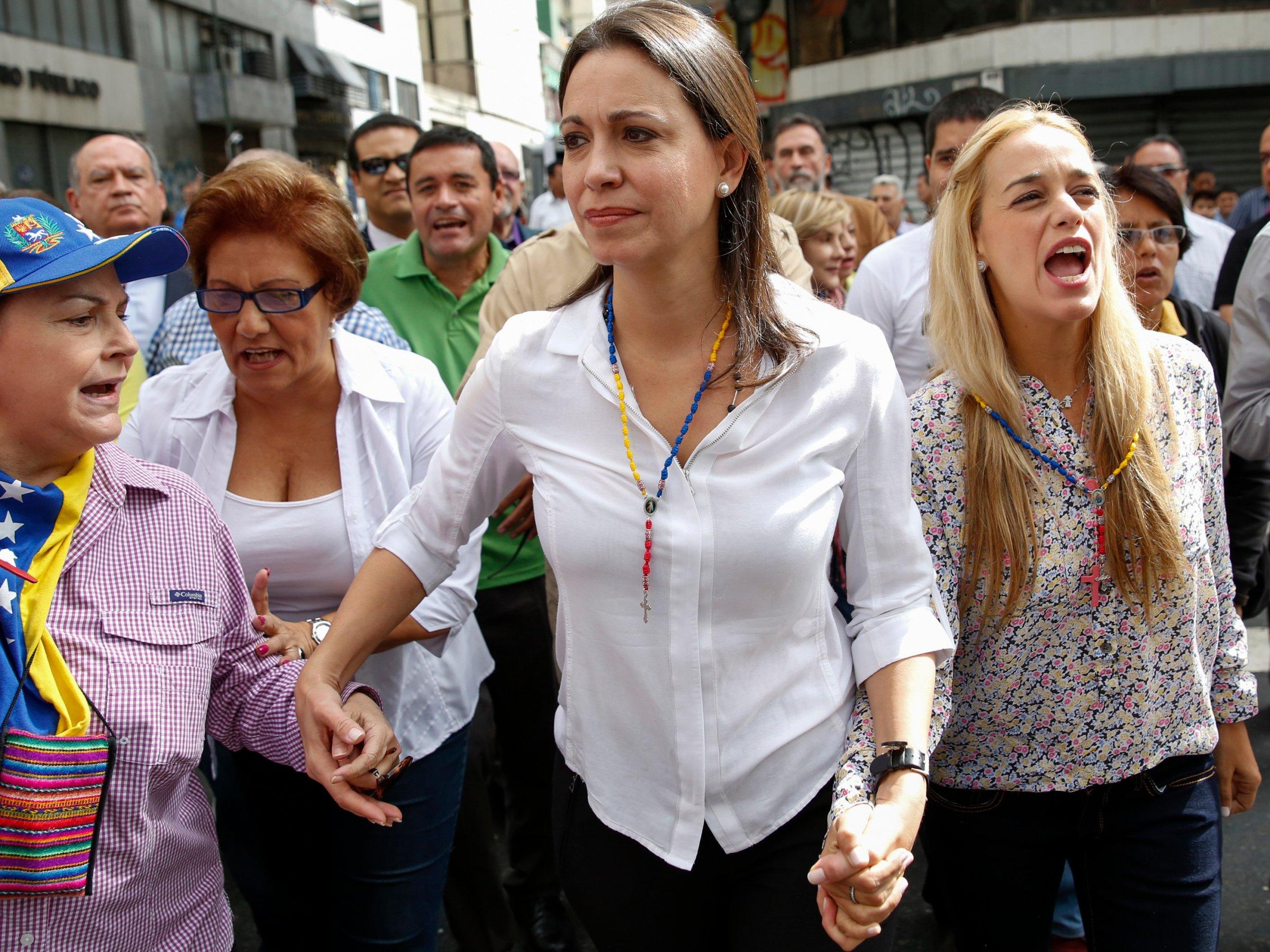Maria Corina Machado (sredina) sa Lilian Tintori, suprugom Leopolda Lopeza (desno).Reuters